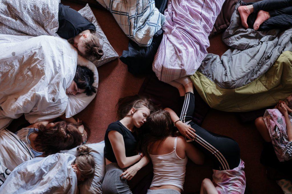 Malmin seurakunnan ripari Lohjalla. Meditaatiohetken aikana monet nukkuvat.